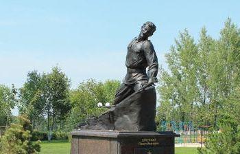 Памятник Герою Советского Союза Павлу Ивановичу Шпетному, скульптор Борис Сергиенко, пгт. Прохоровка, Белгородская область
