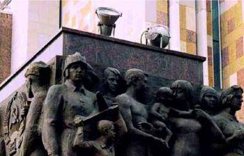 Горельефные и рельефные изображения на двух стелах, фланкирующих главный вход в постамент монумента Рабочий и колхозница