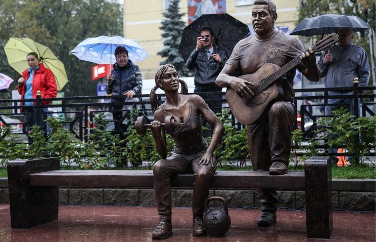 Открытие памятника «Ребята с нашего двора», посвящённого группе Любэ, состоялось в подмосковном городе Люберцы