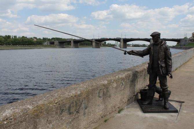 В Твери на набережной Волги установили скульптуру рыбака