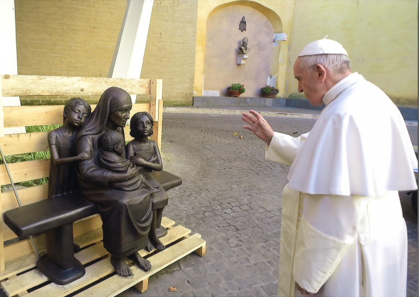 Папа Римский благословил памятник Матери Терезе