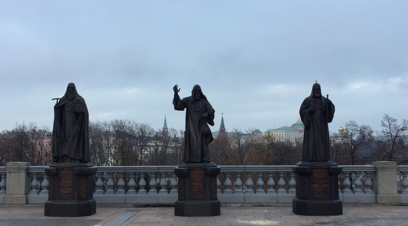 Аллея патриархов у Храма Христа Спасителя