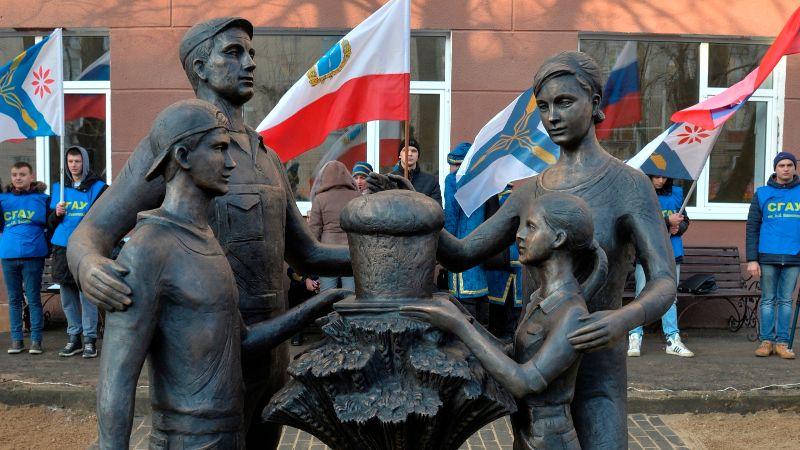 Памятник «Аграрной Семье» в Саратове