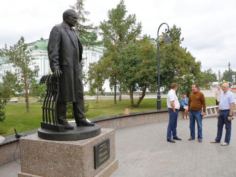 Памятник Михаилу Ульянову в Омске