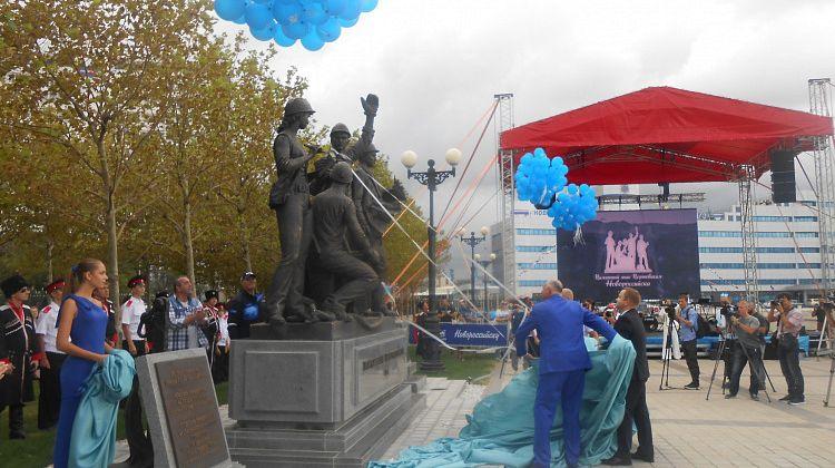 Памятник «Труженики порта» в Новороссийске