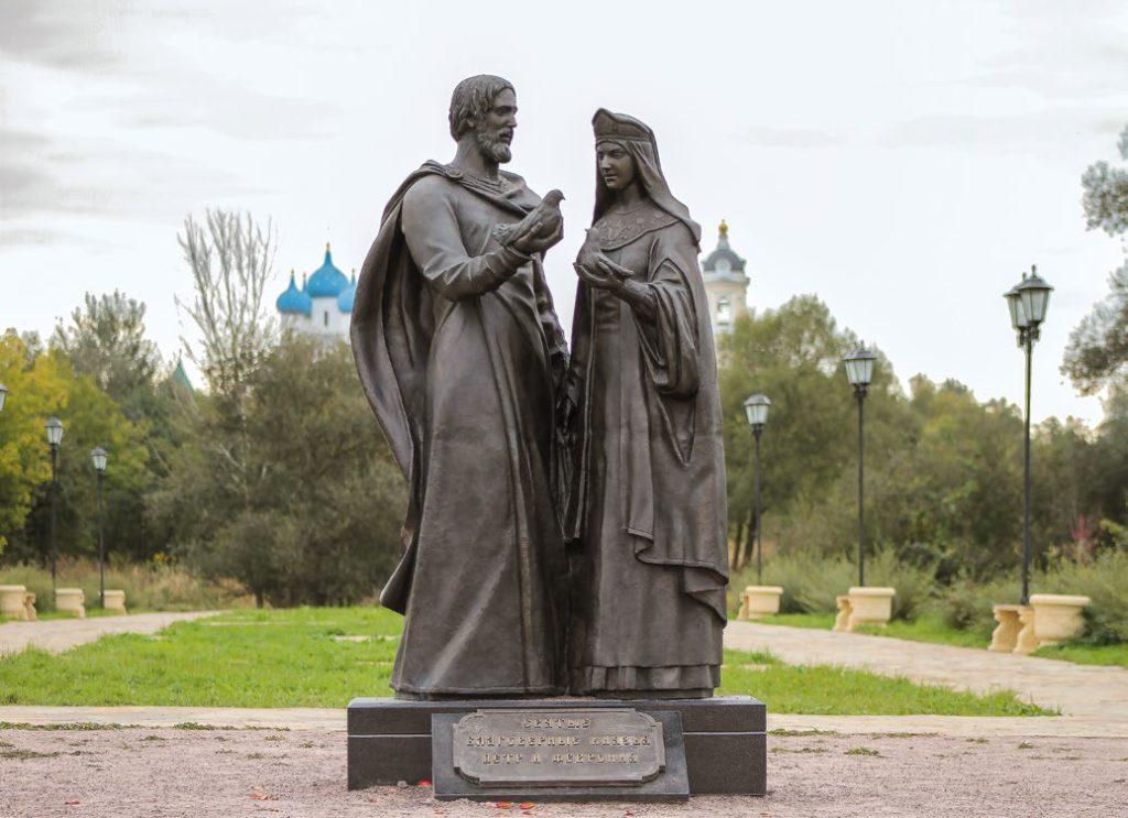 Памятник святым благоверным Петру и Февронии изготовлен из бронзы на скульптурном предприятии «Лит Арт». Установлен в Серпухове в 2016 году.