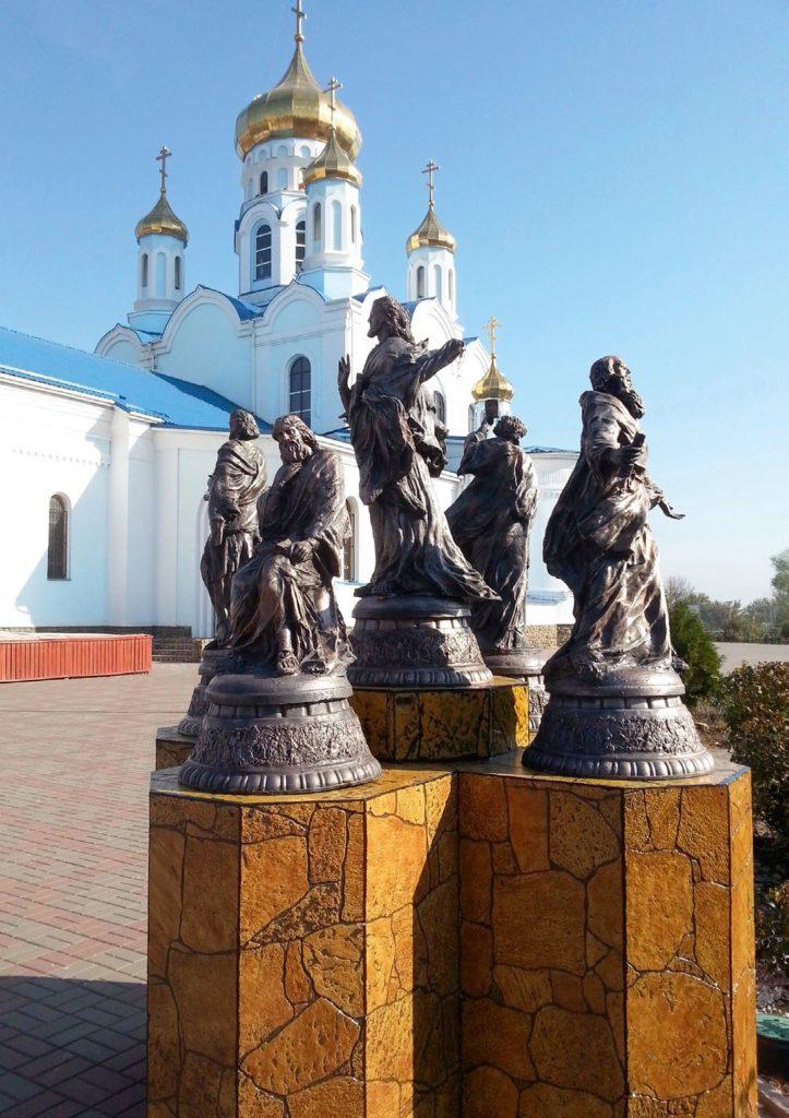 Памятник «Спаситель и четыре евангелиста» изготовлен из бронзы на скульптурном предприятии «Лит Арт». Установлен в Бийске в 2004 году.
