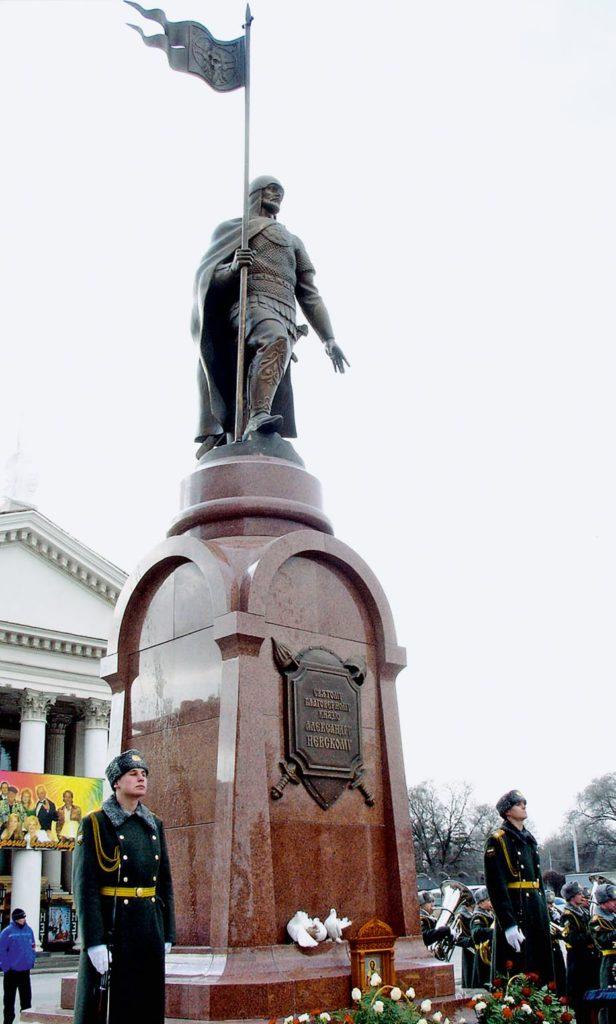 Памятник святому князю Александру Невскому изготовлен из бронзы на скульптурном предприятии «Лит Арт». Установлен в Волгограде в 2007 году.