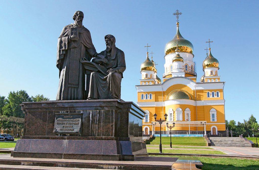 Памятник святым Кириллу и Мефодию изготовлен из бронзы на скульптурном предприятии «Лит Арт». Установлен в Саранске в 2015 году.