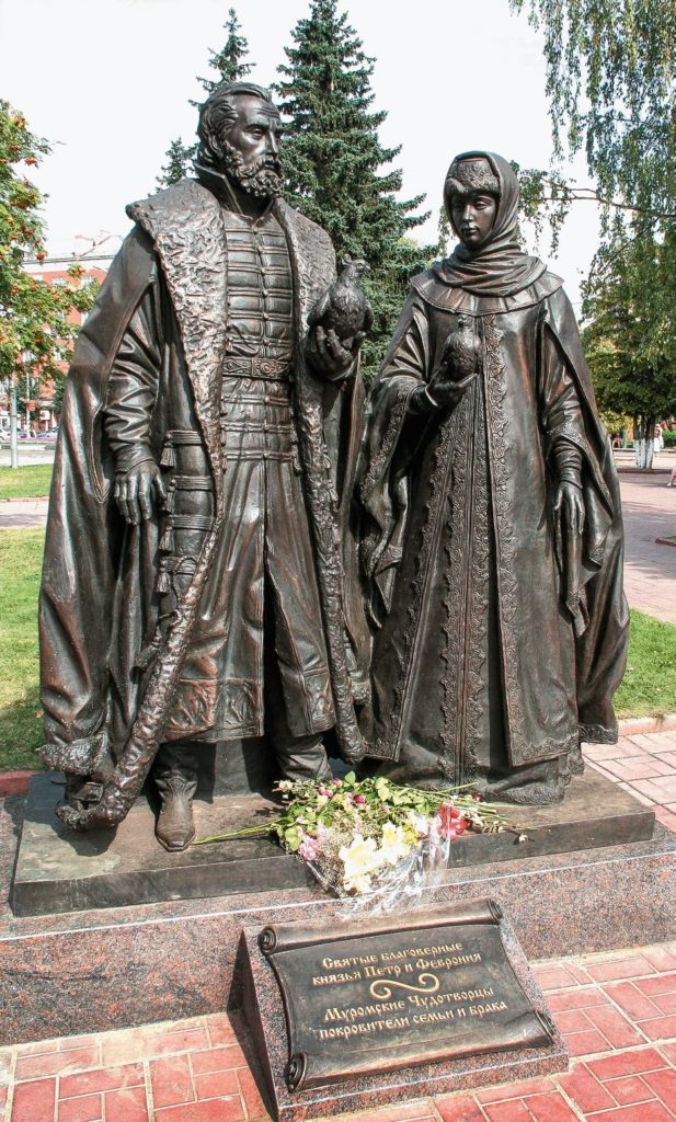 Памятник святым благоверным Петру и Февронии изготовлен из бронзы на скульптурном предприятии «Лит Арт». Установлен в Клину в 2012 году.
