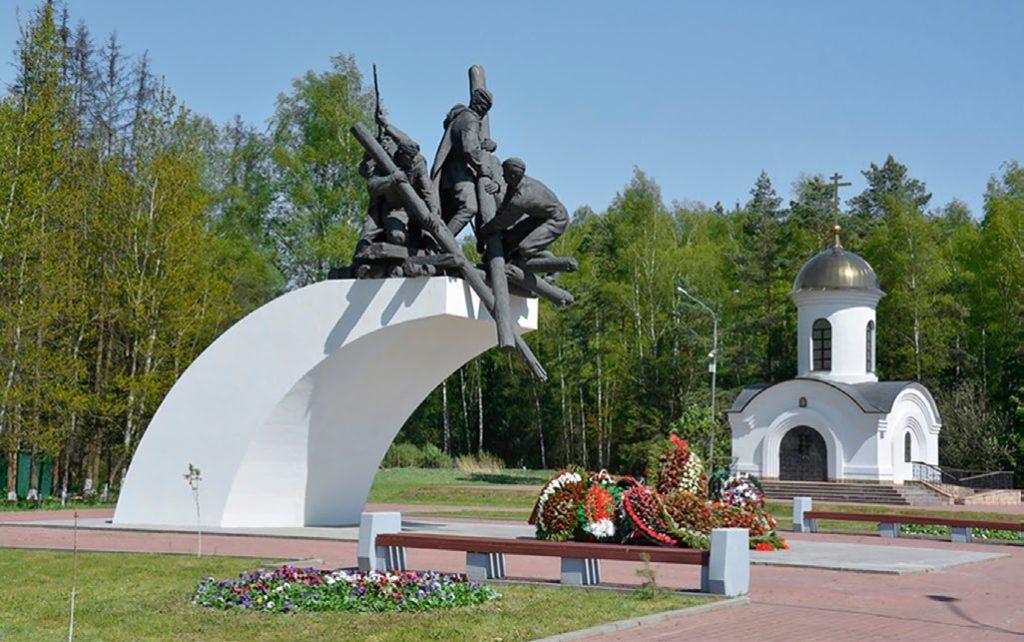 Памятник воинам-дорожникам изготовлен из бронзы на скульптурном предприятии «Лит Арт». Установлен в 2002 году на 70-м км Минского шоссе в Московской области.