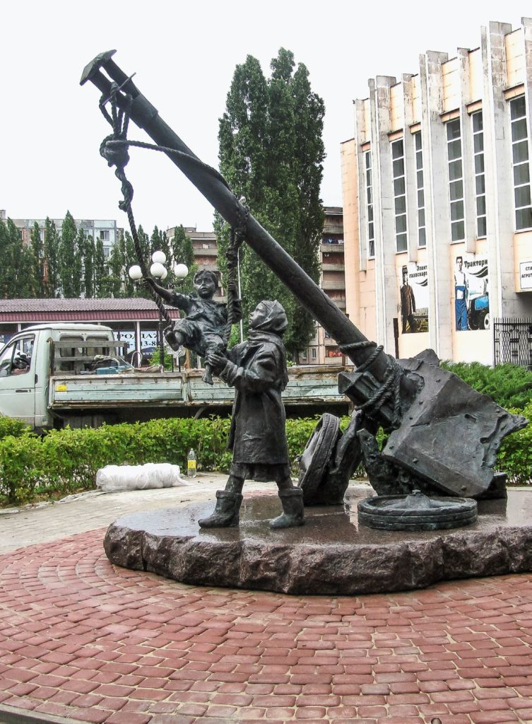 Памятник «Качели» изготовлен из бронзы на скульптурном предприятии «Лит Арт». Установлен в Старом Осколе в 2014 году.
