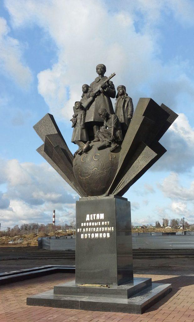 Памятник детям военных лет изготовлен из бронзы на скульптурном предприятии «Лит Арт». Установлен в поселке Свердловский Московской области в 2015 году.