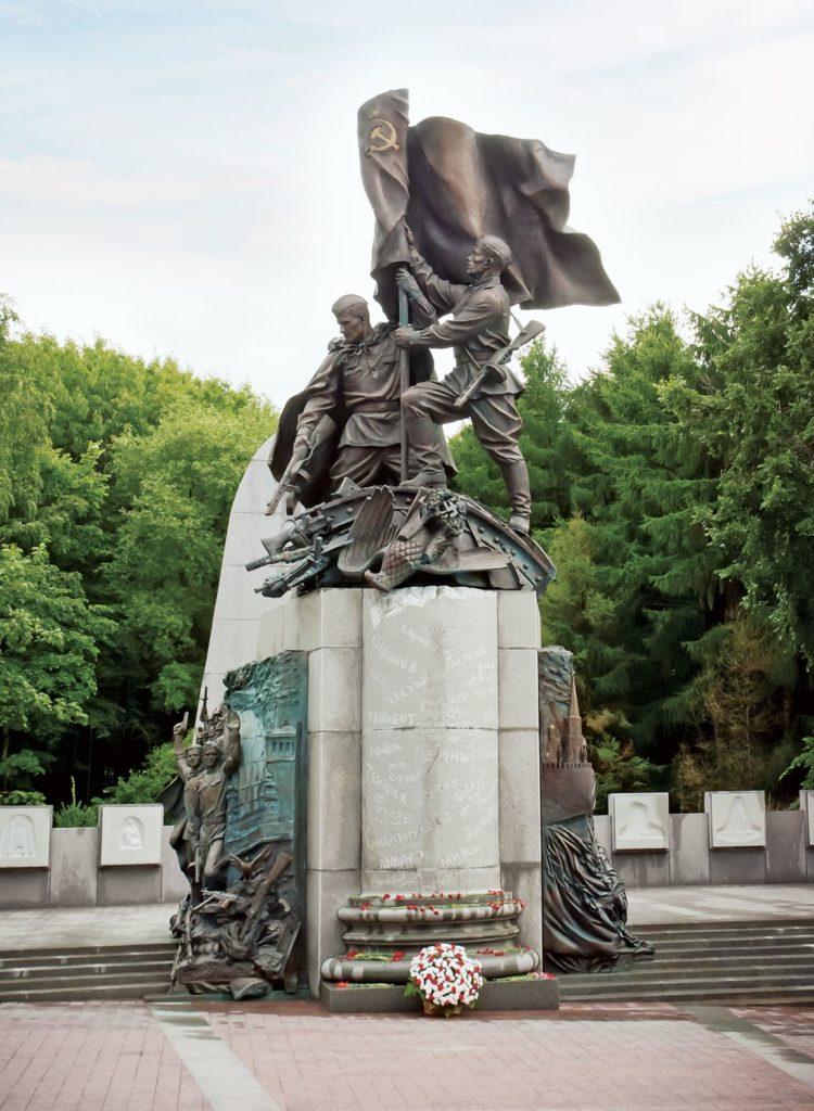 Памятник «В борьбе против фашизма мы были вместе» изготовлен из бронзы на скульптурном предприятии «Лит Арт». Установлен на Поклонной горе в Москве в 2010 году.