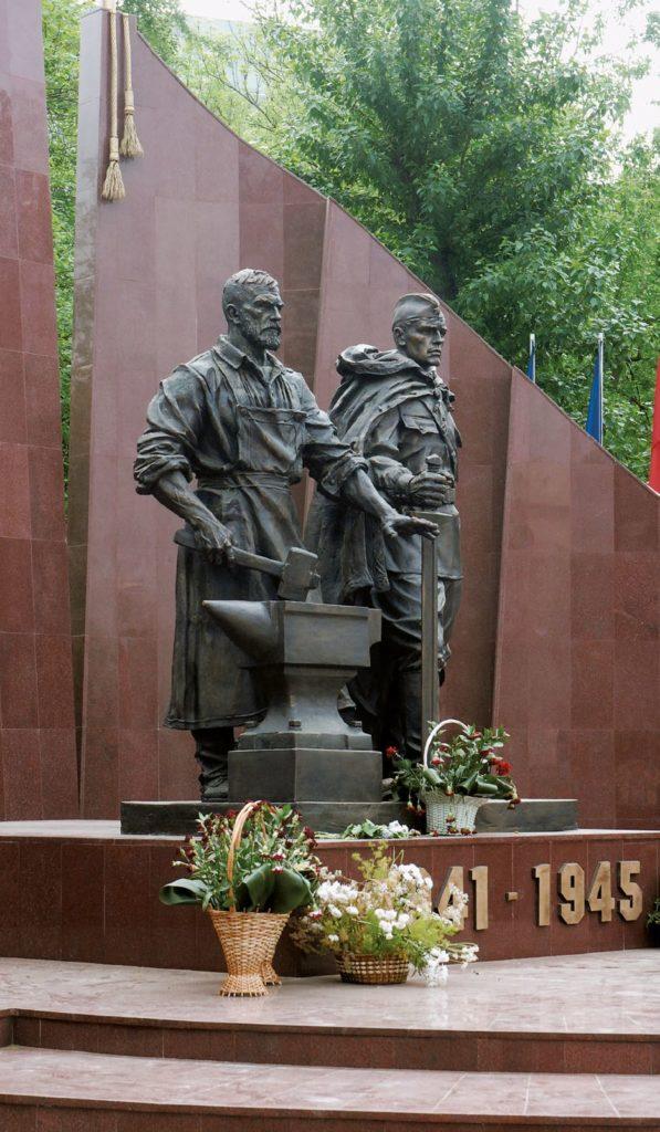 Памятник солдату и рабочему изготовлен из бронзы на скульптурном предприятии «Лит Арт». Установлен в 2010 году в сквере 65-летия Победы в Москве.