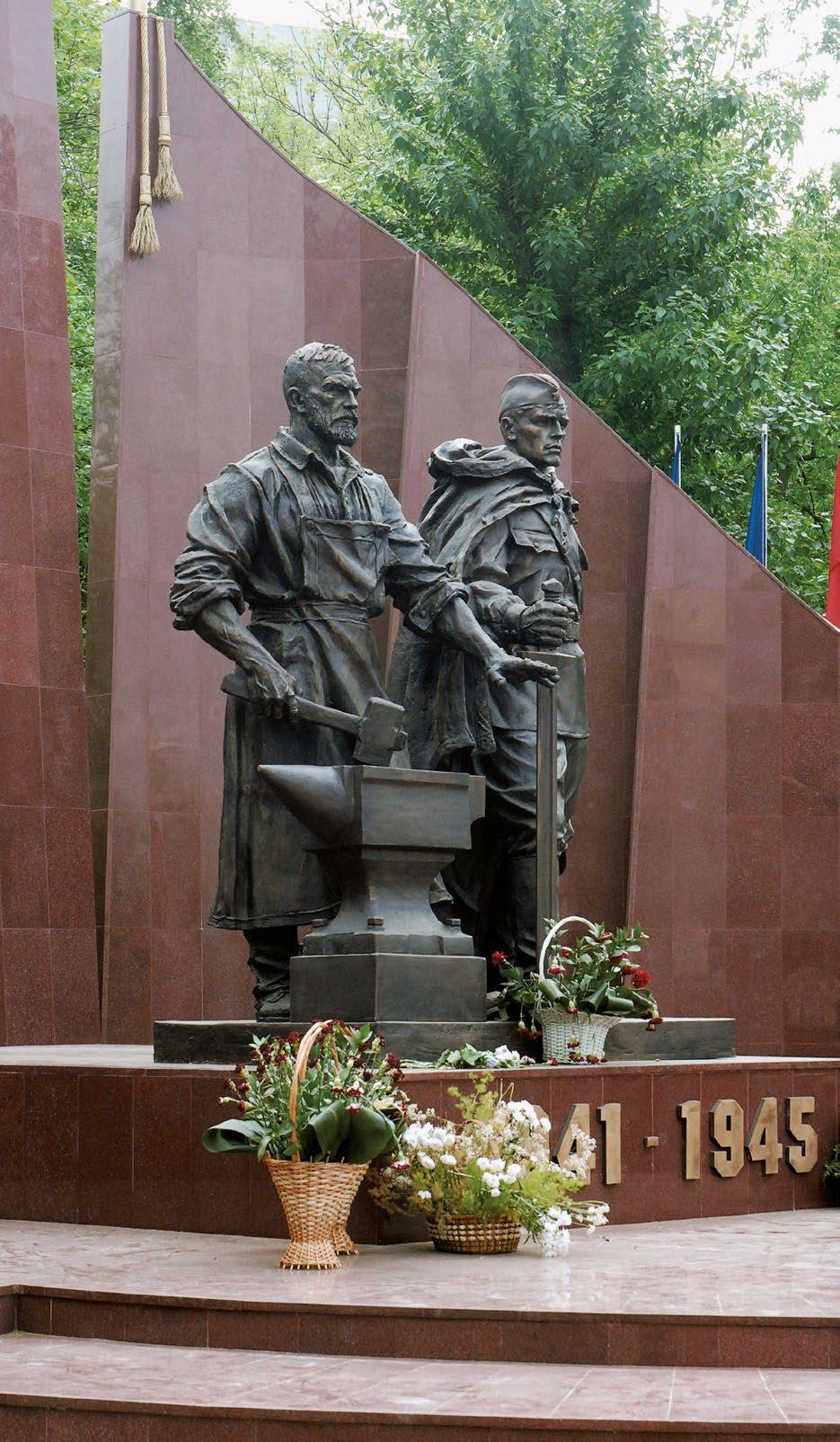 Памятник солдату и рабочему в сквере 65-летия Победы в Москве