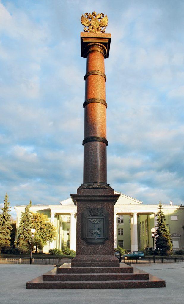Стела «Город воинской славы» изготовлена на скульптурном предприятии «Лит Арт». Установлена в Пскове в 2010 году.