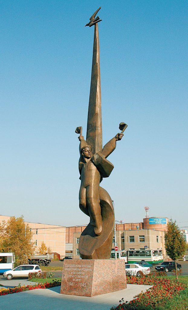 Памятник Соловецким юнгам изготовлен из бронзы на скульптурном предприятии «Лит Арт». Установлен в Москве в 2005 году.