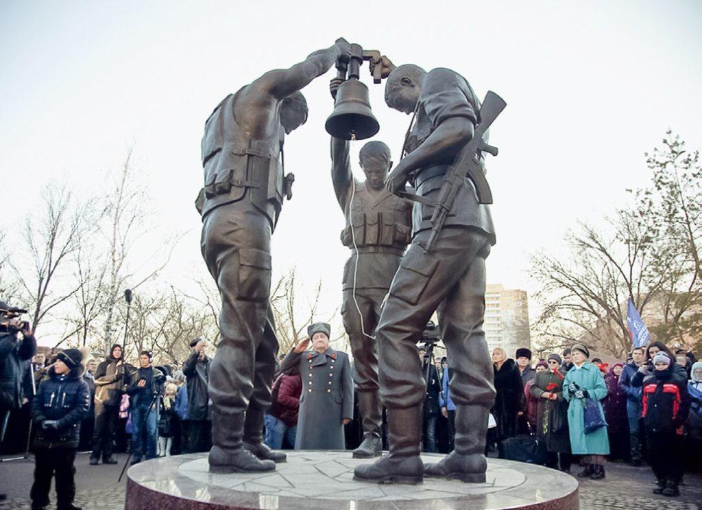 Памятник «Три солдата с колоколом» изготовлен из бронзы на скульптурном предприятии «Лит Арт». Установлен в Волгограде в 2015 году.