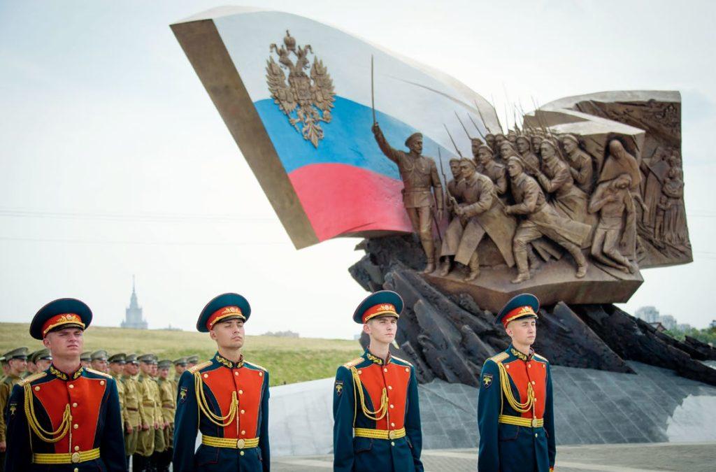 Памятник героям Первой Мировой войны изготовлен из бронзы на скульптурном предприятии «Лит Арт». Установлен на Поклонной горе в Москве в 2014 году.