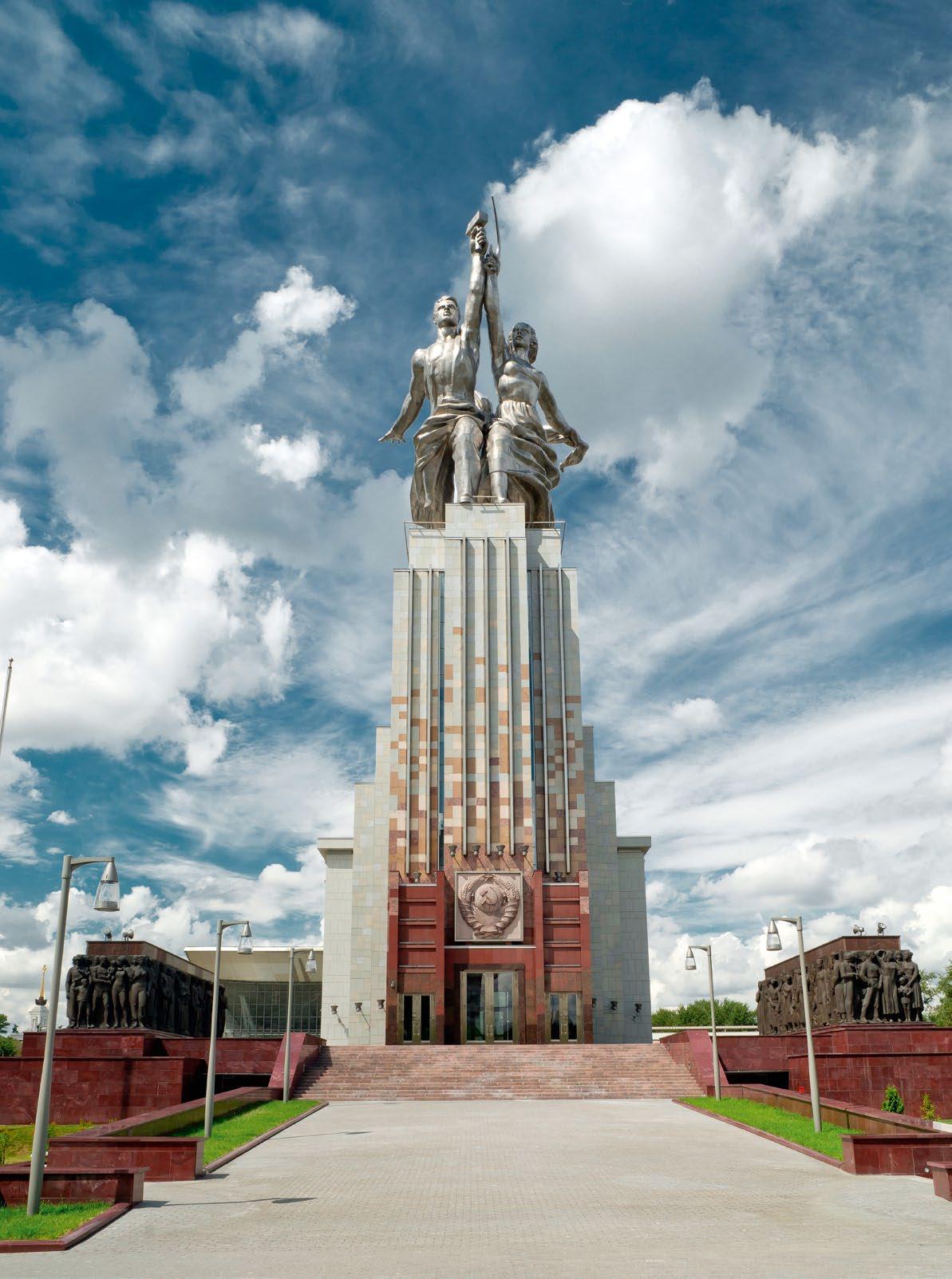 Рельеф на стелах постамента «Рабочий и колхозница» в Москве
