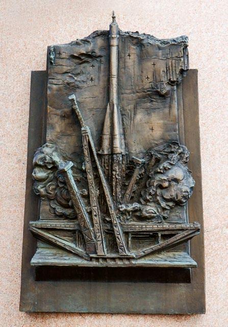 Барельеф на памятнике Сергею Королеву на аллее Космонавтов в Москве, барельеф