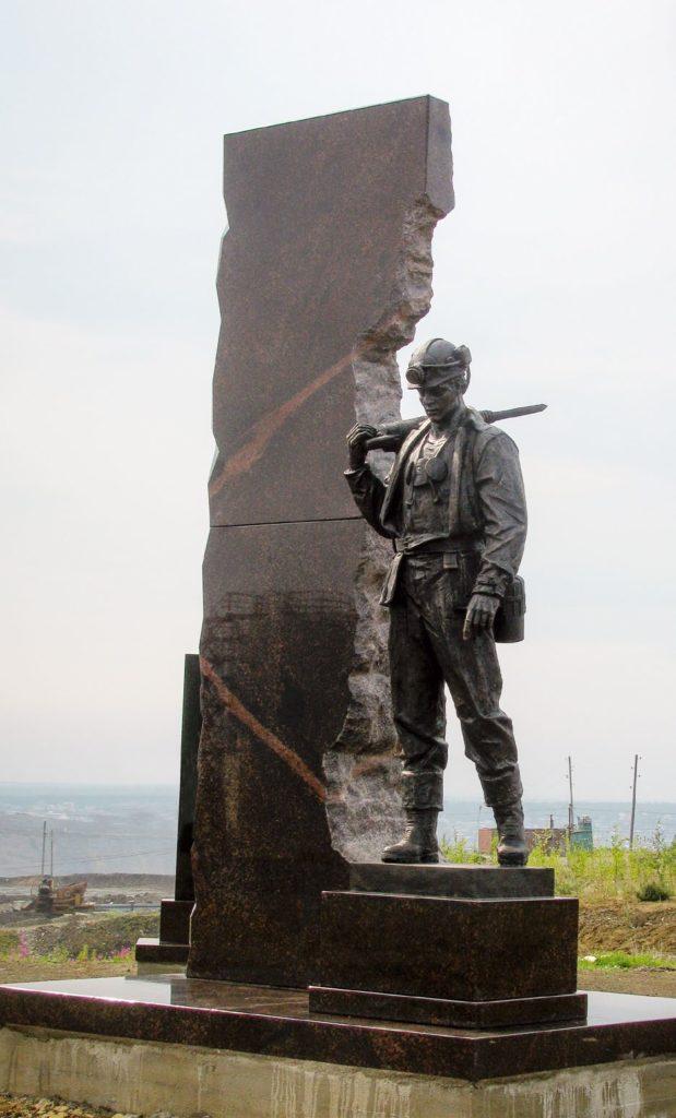 Памятник шахтерам изготовлен из бронзы на скульптурном предприятии «Лит Арт». Установлен в Мирном в 2018 году.