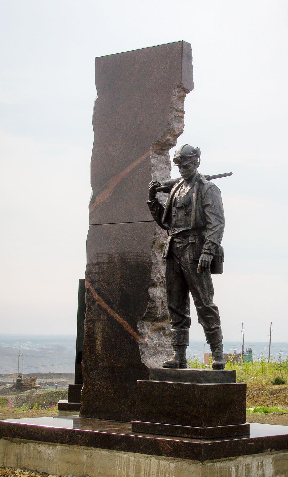 Памятник шахтерам в Мирном
