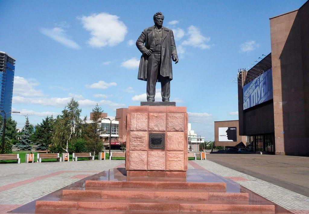 Памятник писателю Виктору Астафьеву изготовлен из бронзы на скульптурном предприятии «Лит Арт». Установлен в Красноярске в 2006 году.