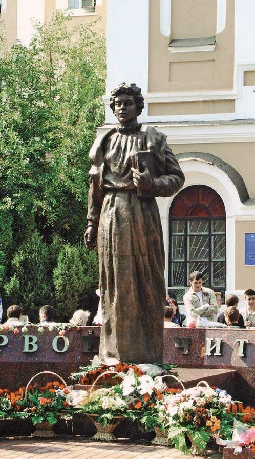 Памятник Надежде Чумаковой изготовлен из бронзы на скульптурном предприятии «Лит Арт». Установлен в Рязани в 2013 году.
