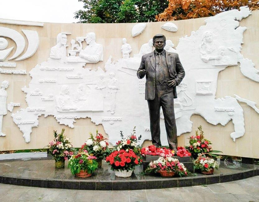 Памятник Святославу Федорову в Москве.