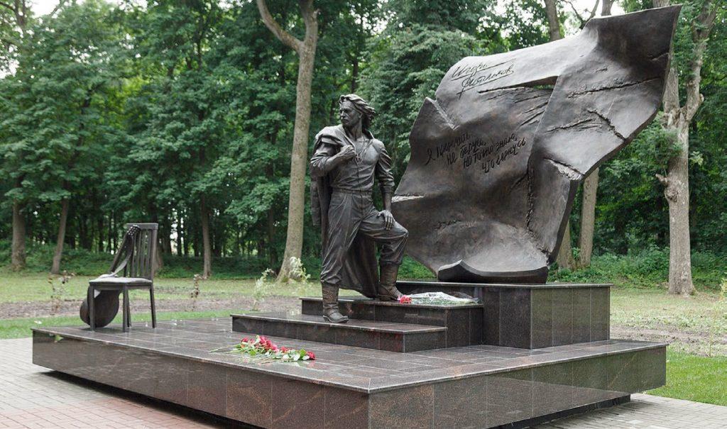 Памятник Российскому спасателю изготовлен из бронзы на скульптурном предприятии «Лит Арт». Установлен в Самаре в 2015 году.