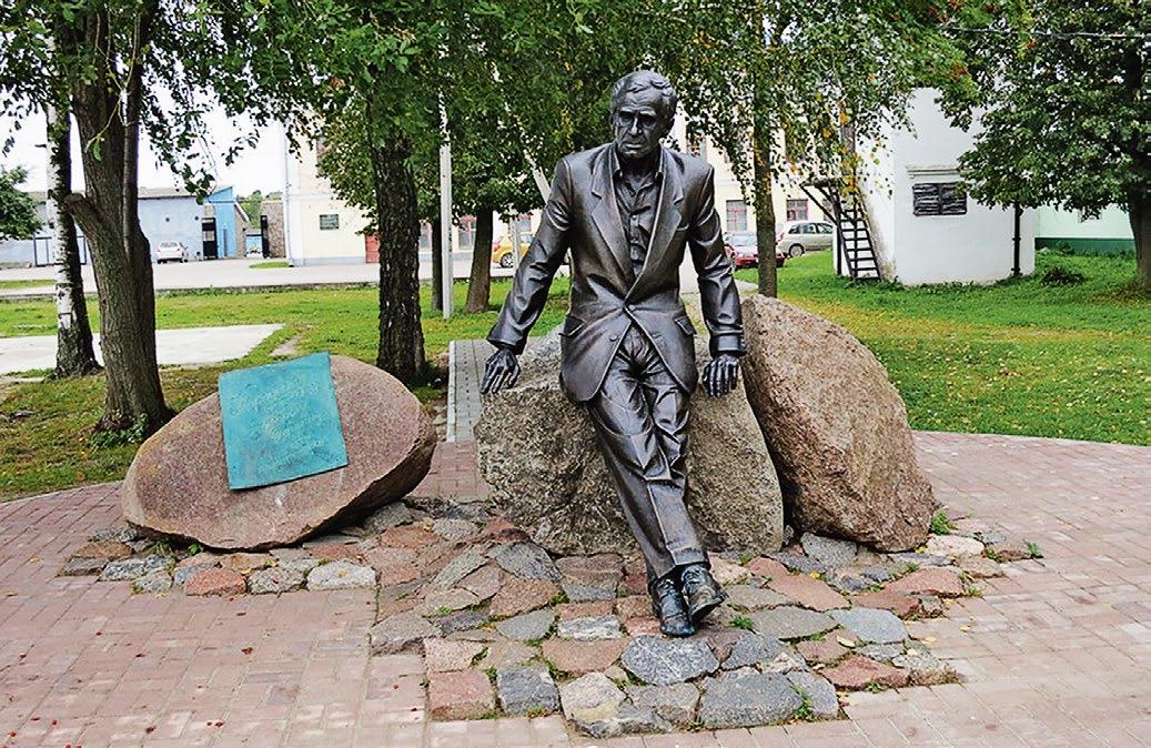 Памятник актеру Зиновию Гердту в городе Себеж