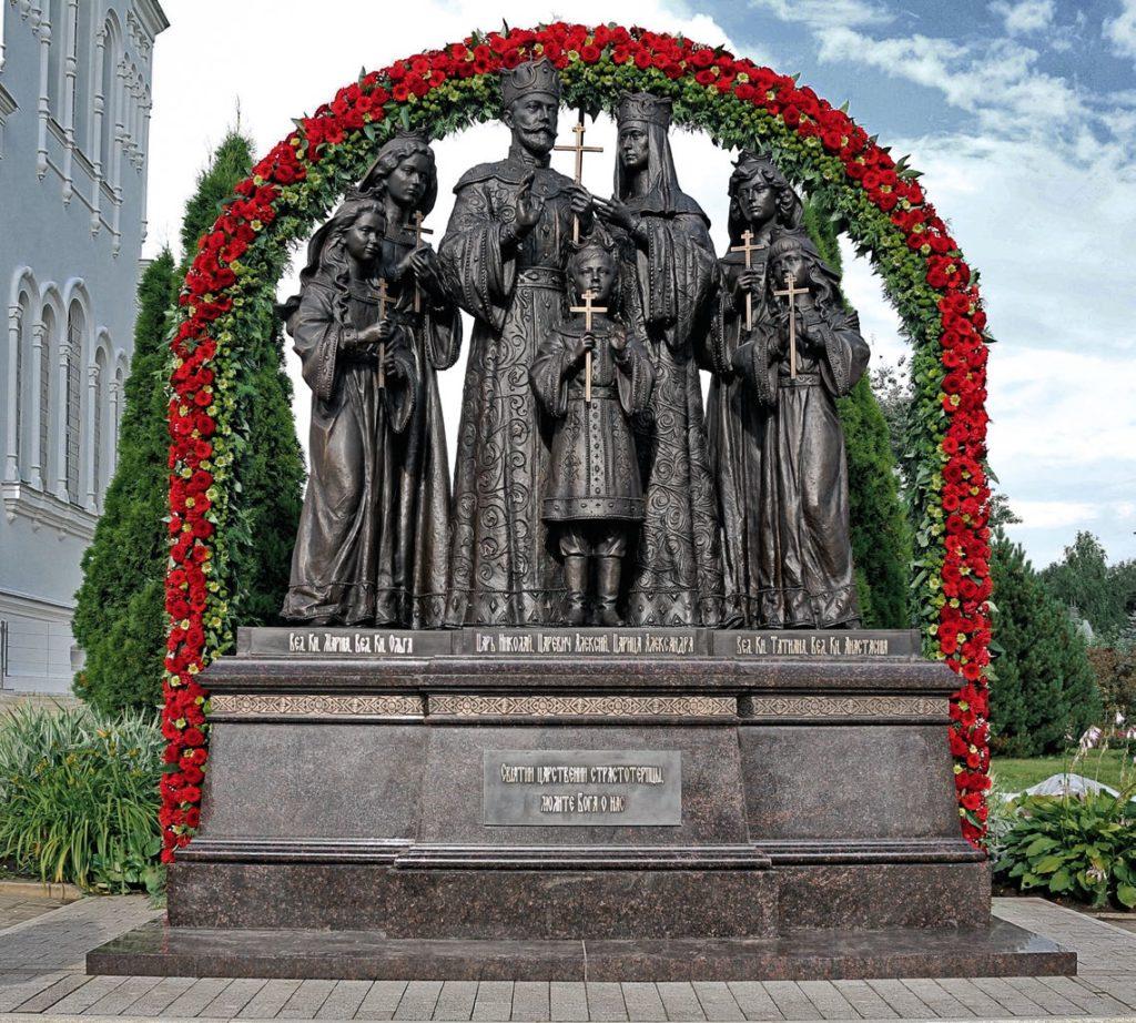 Памятник семье императора Николая II изготовлен из бронзы на скульптурном предприятии «Лит Арт». Установлен в селе Дивеево в 2017 году.