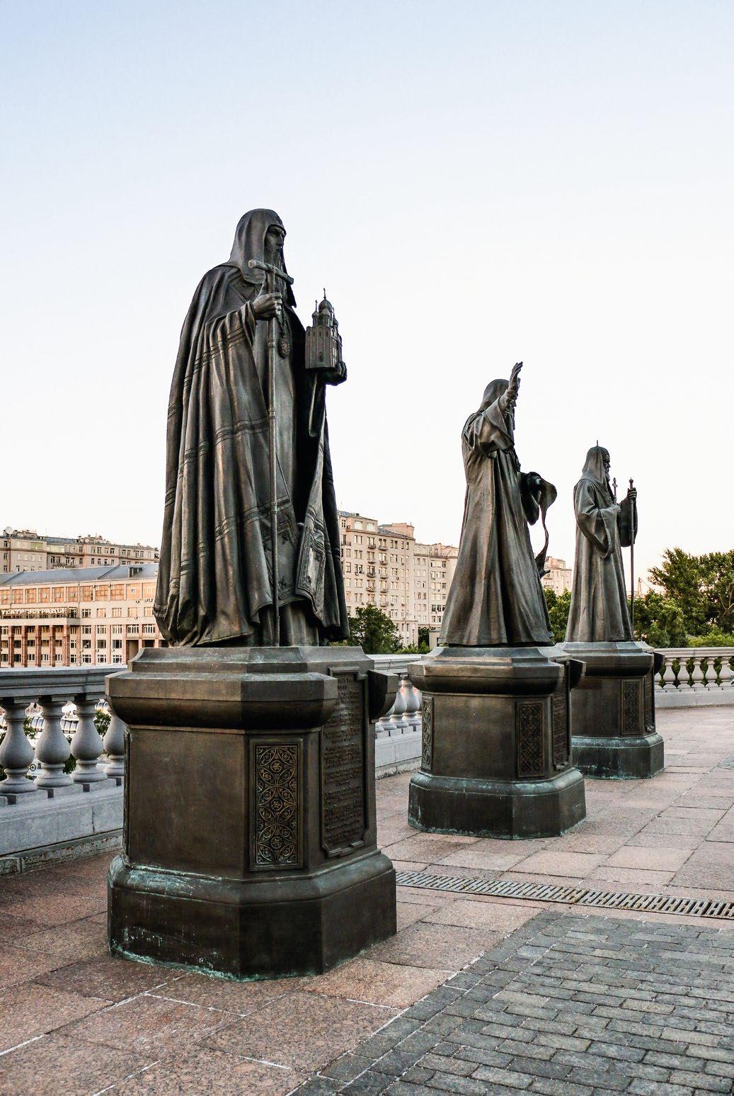 Памятники патриархам Иову, Гермогену и Тихону в Москве