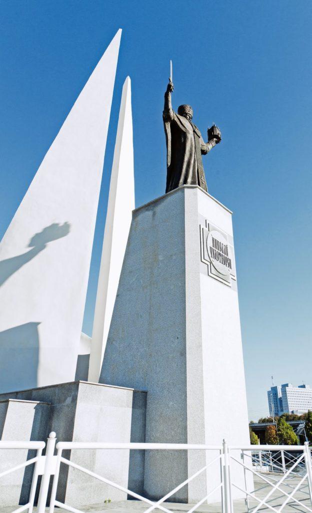 Памятник митрополиту Макарию Невскому изготовлен из бронзы на скульптурном предприятии «Лит Арт». Установлен в Бийске 2009 году.
