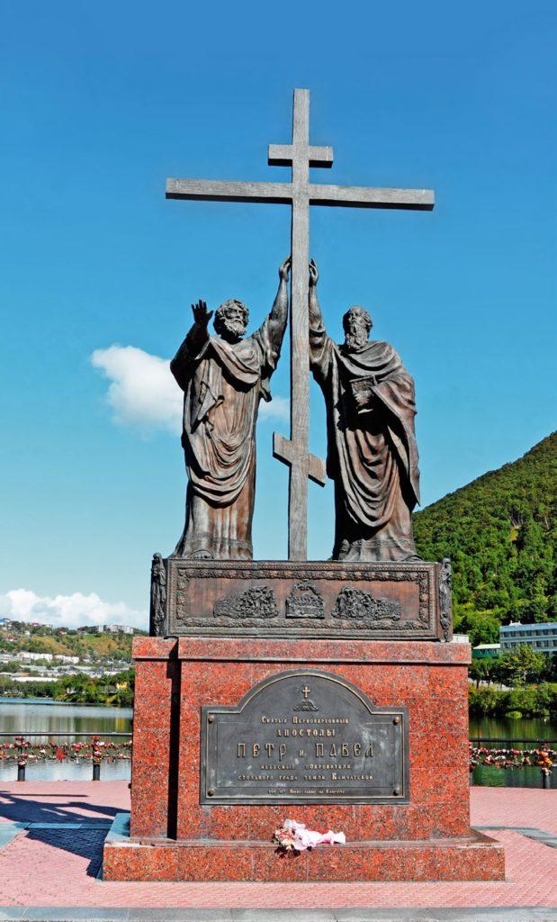 Памятник святым апостолам Петру и Павлу изготовлен из бронзы на скульптурном предприятии «Лит Арт». Установлен в Петропавловске-Камчатском в 2005 году.