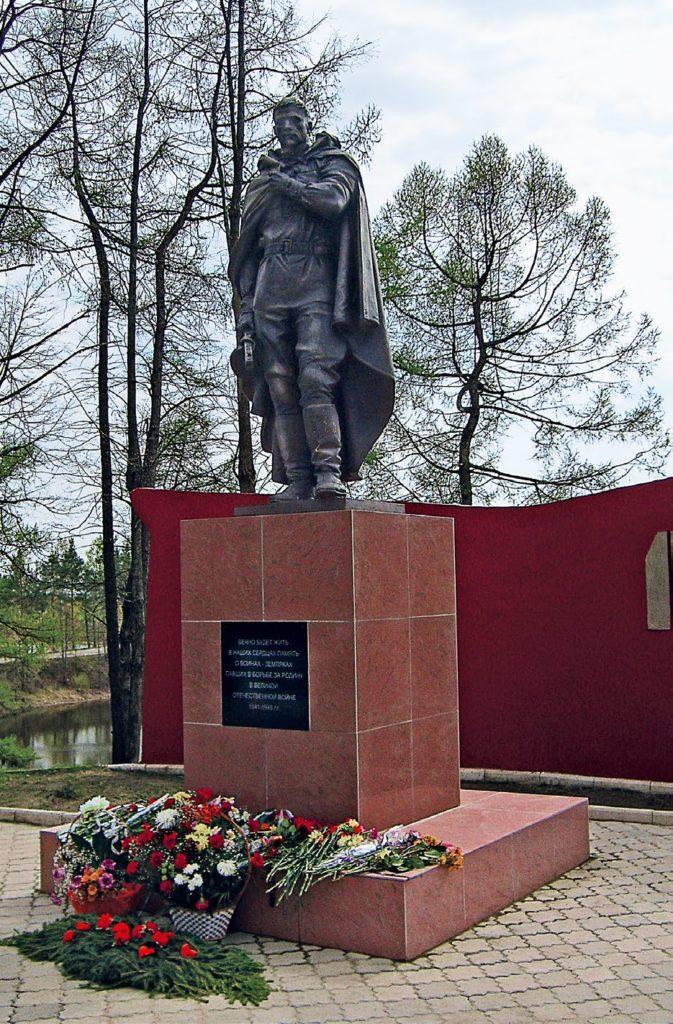 Памятник ветеранам МЧС изготовлен из бронзы на скульптурном предприятии «Лит Арт». Установлен в Москве в 2012 году