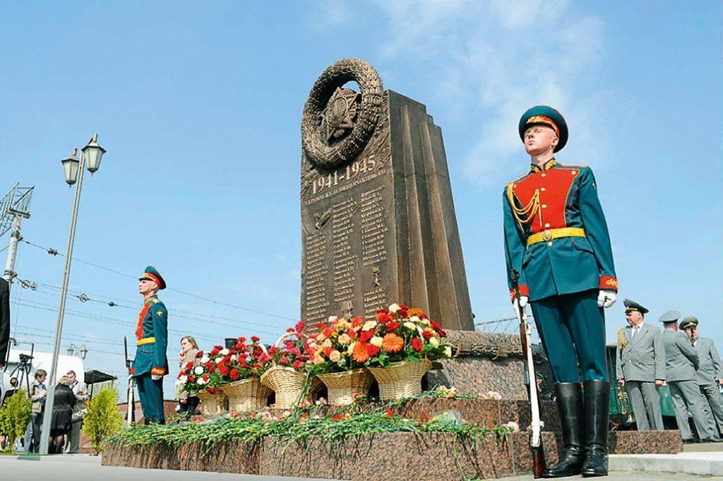 Памятник героям-железнодорожникам изготовлен на скульптурном предприятии «Лит Арт». Установлен в Москве в 2011 году.