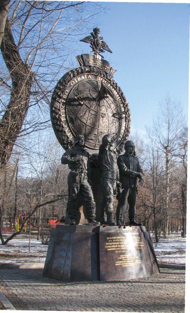 Памятник летчикам дальней авиации изготовлен из бронзы на скульптурном предприятии «Лит Арт». Установлен в Москве в 2014 году.