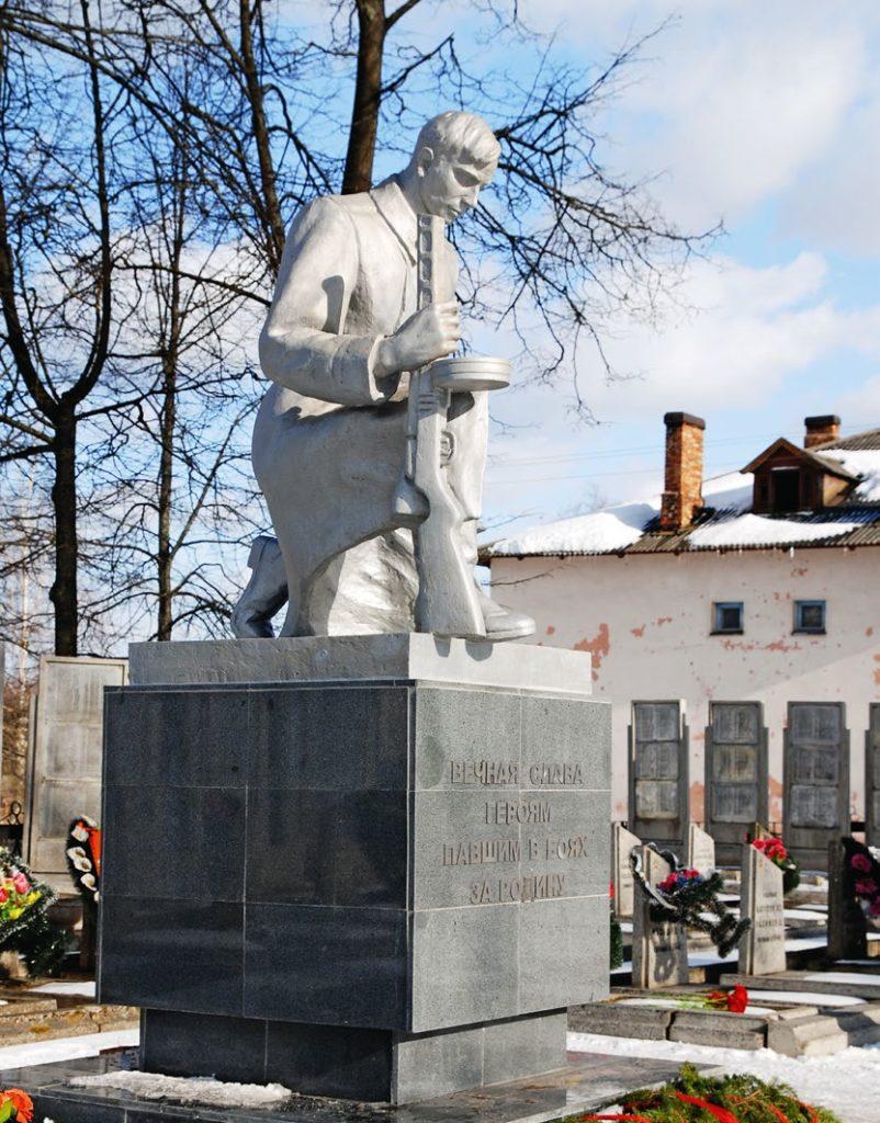 Памятник «Вечная слава героям, павшим в боях за Родину» изготовлен из бронзы на скульптурном предприятии «Лит Арт». Установлен в городе Пустошка Псковской области