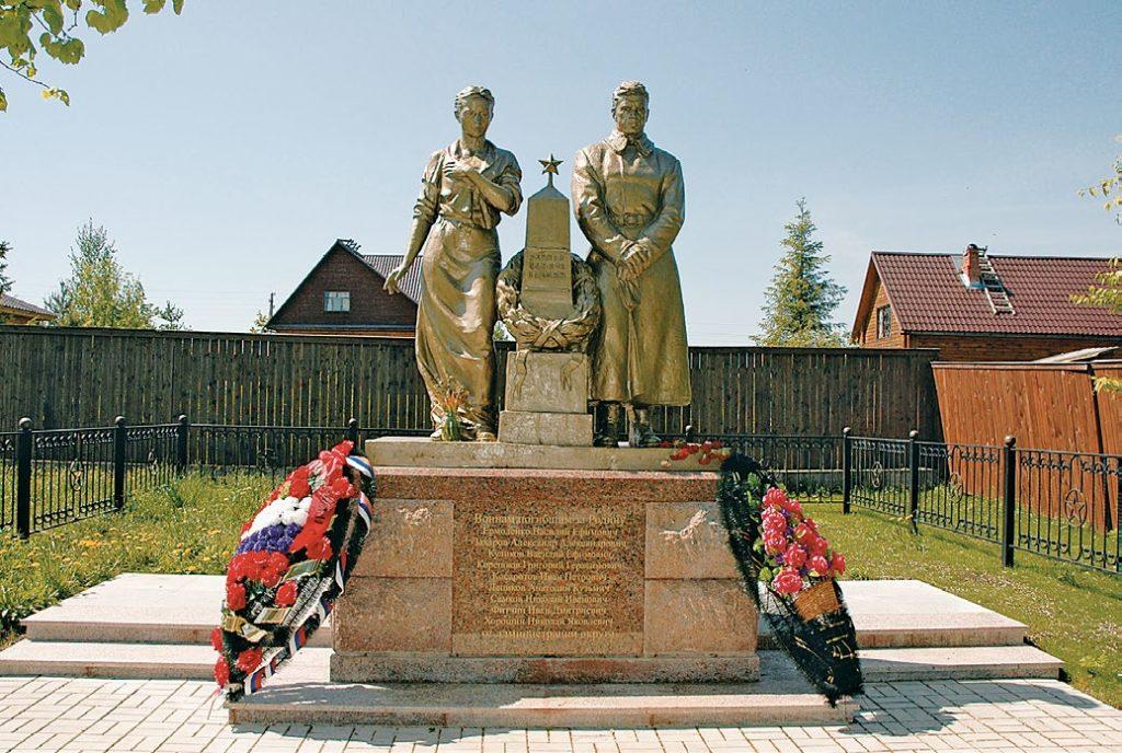 Памятник «Помни войну» установлен в деревне Хаустово Московской области в 1956 году. Реконструирован в 2009. Работы по реконструкции проводились на скульптурном предприятии «Лит Арт».