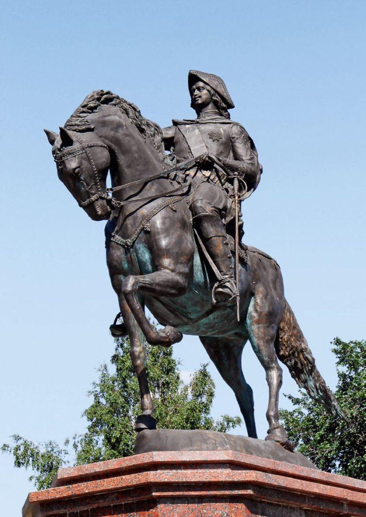 Памятник императору Петру I изготовлен из бронзы на скульптурном предприятии «Лит Арт». Установлен в Бийске в 2010 году.