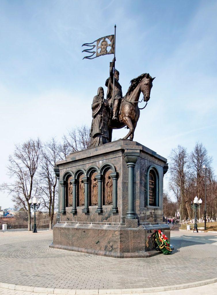 Памятник князю Владимиру и святителю Федору изготовлен из бронзы на скульптурном предприятии «Лит Арт». Установлен во Владимире в 2007 году.