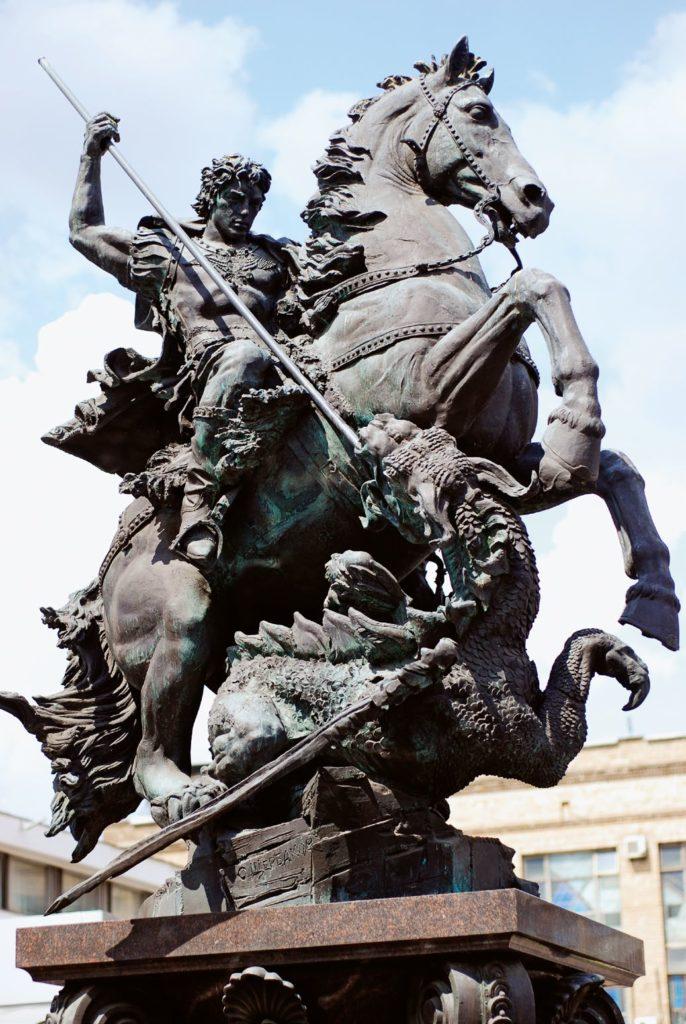 Памятник Георгию Победоносцу изготовлен из бронзы на скульптурном предприятии «Лит Арт». Установлен в Москве в 2011 году.
