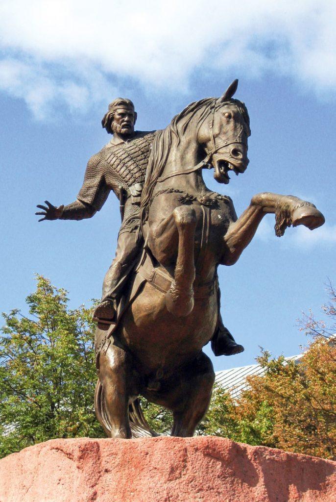 Памятник Евпатию Коловрату изготовлен из бронзы на скульптурном предприятии «Лит Арт». Установлен в Рязани в 2007 году.