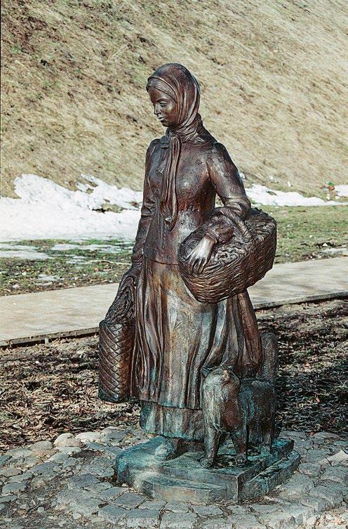 Памятник горожанам в Дмитрове,  скульптура молодой огородницы