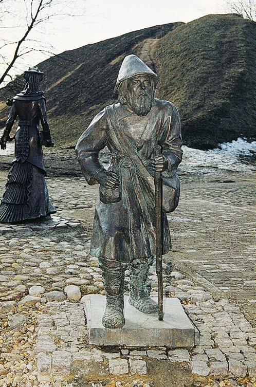 Памятник горожанам в Дмитрове, паломник с посохом