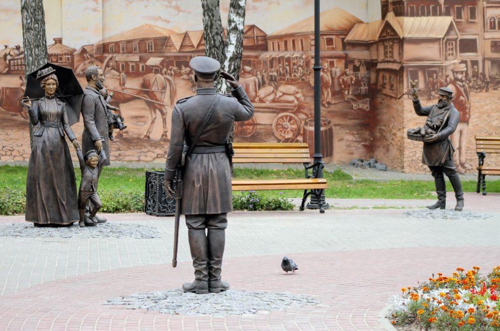 Памятник «Ярмарка» изготовлен из бронзы на скульптурном предприятии «Лит Арт». Установлен в Серпухове в 2017 году.