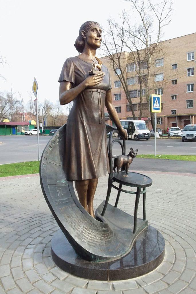 Памятник актрисе Инне Чуриковой изготовлен из бронзы на скульптурном предприятии «Лит Арт». Установлен в поселке Коренево Московской области в 2016 году.